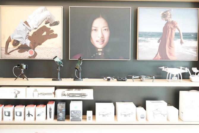 액세서리나 서드파티 제품들은 양 옆 벽면에 '애비뉴'라는 공간에 전시됩니다. 쇼핑가에서 연상했다고 합니다. - 최호섭 제공